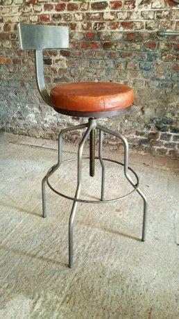v ritable tabouret de bar avec dossier l 39 assise est en cuir et tourne sur elle m me sa hauteur. Black Bedroom Furniture Sets. Home Design Ideas