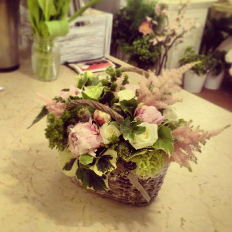 Cesto floreale con peonia rosa astilbe papavero