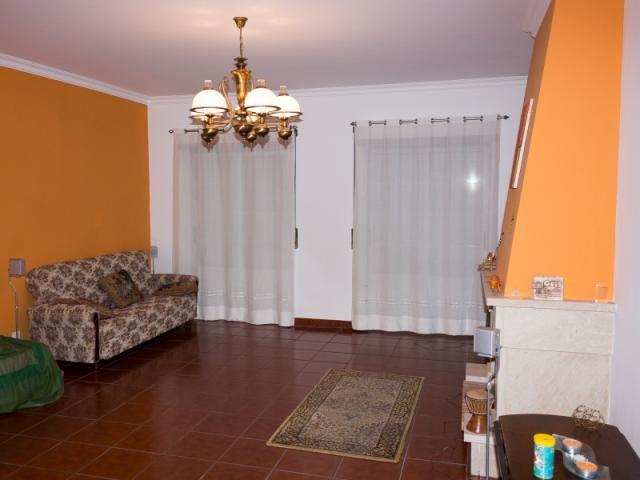 Apartamento T2 (3 Assoalhadas): Em Excelente Estado de Conservação; Composto por Hall, Sala com Lareira, Cozinha Semi - Equipada; 2 Quartos com Roupeiro e WC com Banheira de Hidromassagem; Arrecadação na Cave; Vídeo Porteiro; Situado em Bairro Residencial de Almeirim