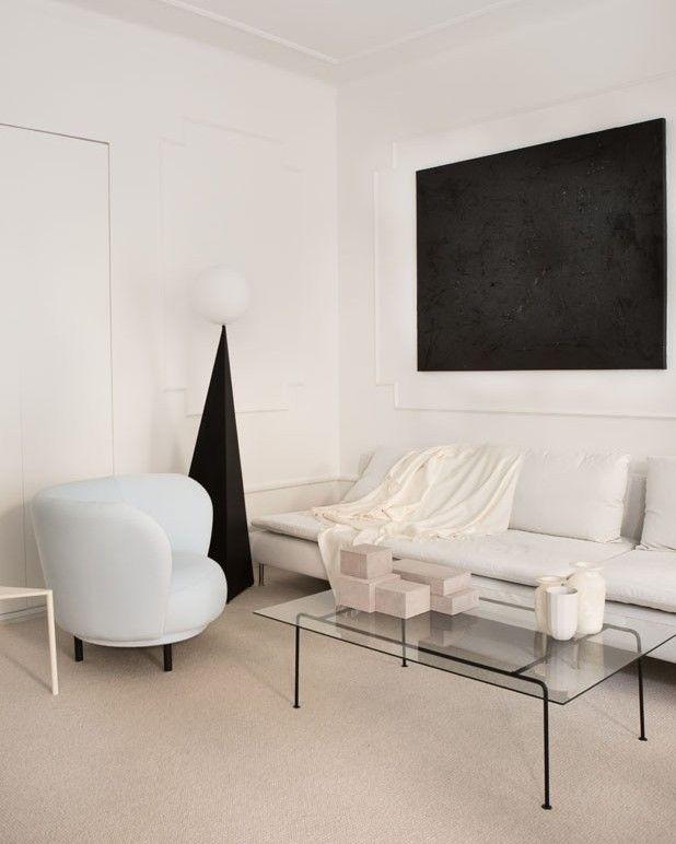 Quantos tons de branco você vê nessa sala de estar criada por @annaleena.interiors e eleita como nosso #décordodia? Ficou interessado? Saiba mais na matéria do nosso editor online @lottlott em casavogue.com.br #casavogue