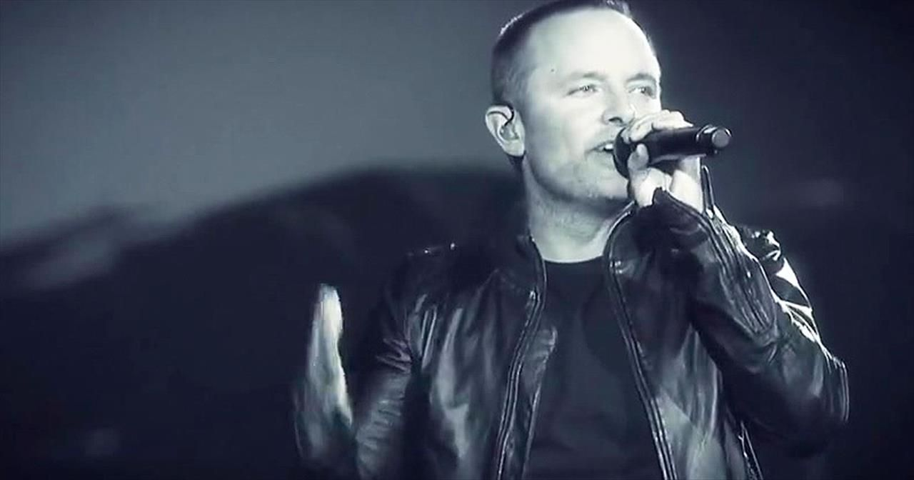 Chris Tomlin Featuring Kari Jobe Performing Crown Him (Majesty ...