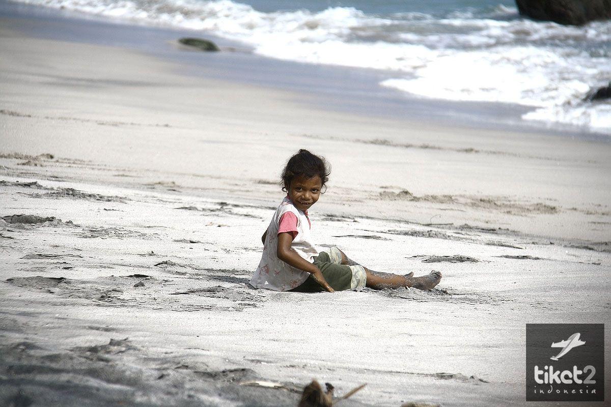Anak Kecil Bermain Di Pantai Sikka Flores NTT FLORES NTT