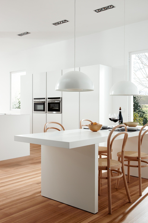 elegante Kochinsel und große Fenster in einer klassisch aussehender ...