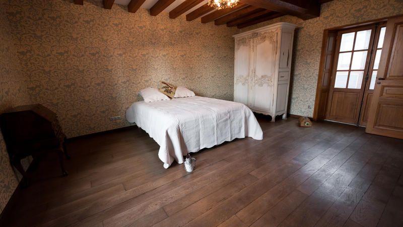 Chambre ancienne - Parquet en chêne massif foncé, vieilli ...