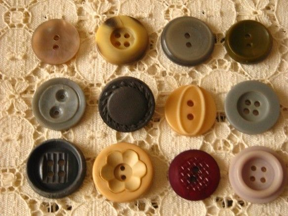 イギリス・アメリカなどのヴィンテージボタン12個セットです。ちいさな傷や汚れなど年数を経過したことによるダメージがあるボタンもあります。数十年前に作られたとい... ハンドメイド、手作り、手仕事品の通販・販売・購入ならCreema。