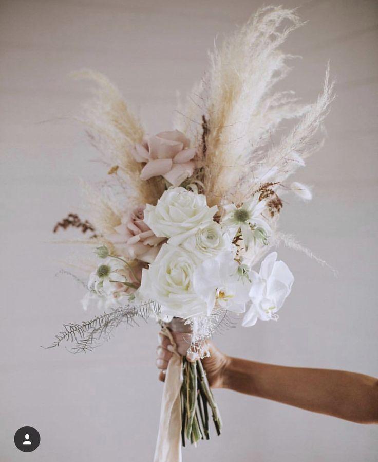 Dieser einzigartige Brautstrauß besteht aus Pampagras und riesigen weissen … – Pinterest
