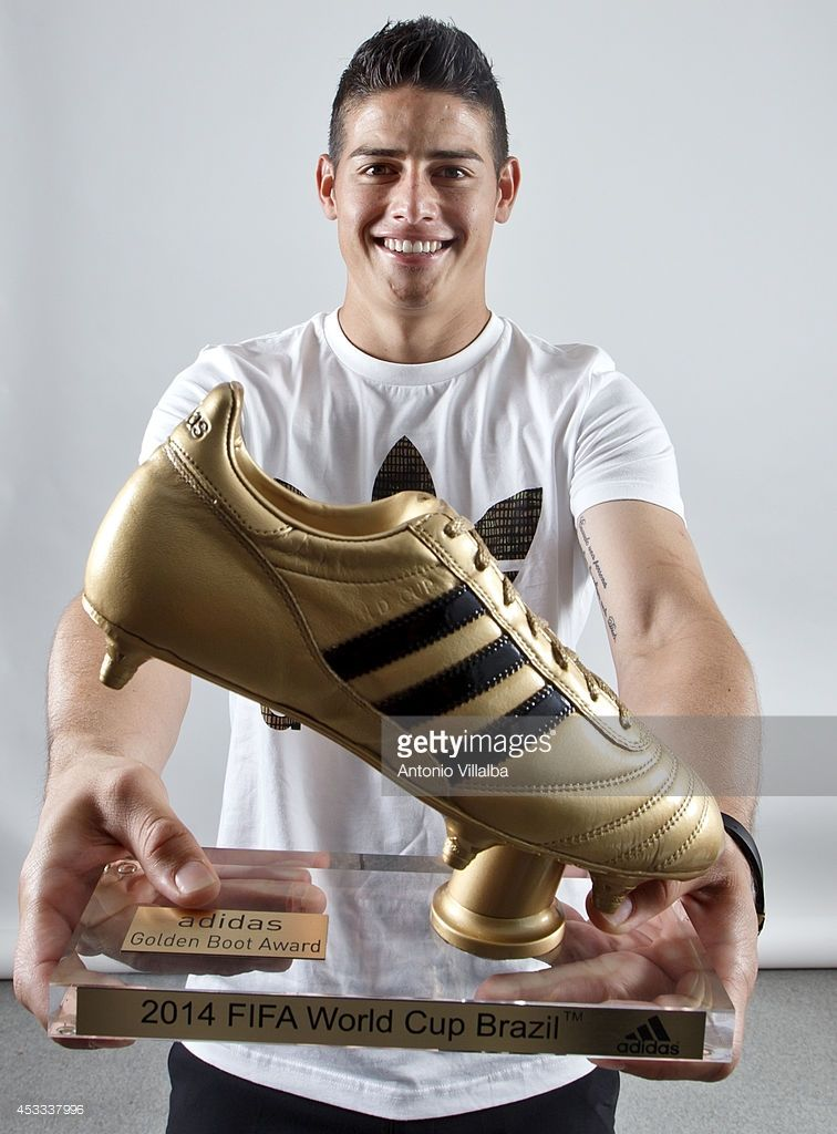 James Rodriguez Receives The Golden Boot Photos And Premium High Res Pictures James Rodriguez Madrid Football Club James Rodrigues