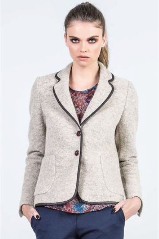 Chaqueta de lana gris con bolsillos y vivos y coderas en piel marrón