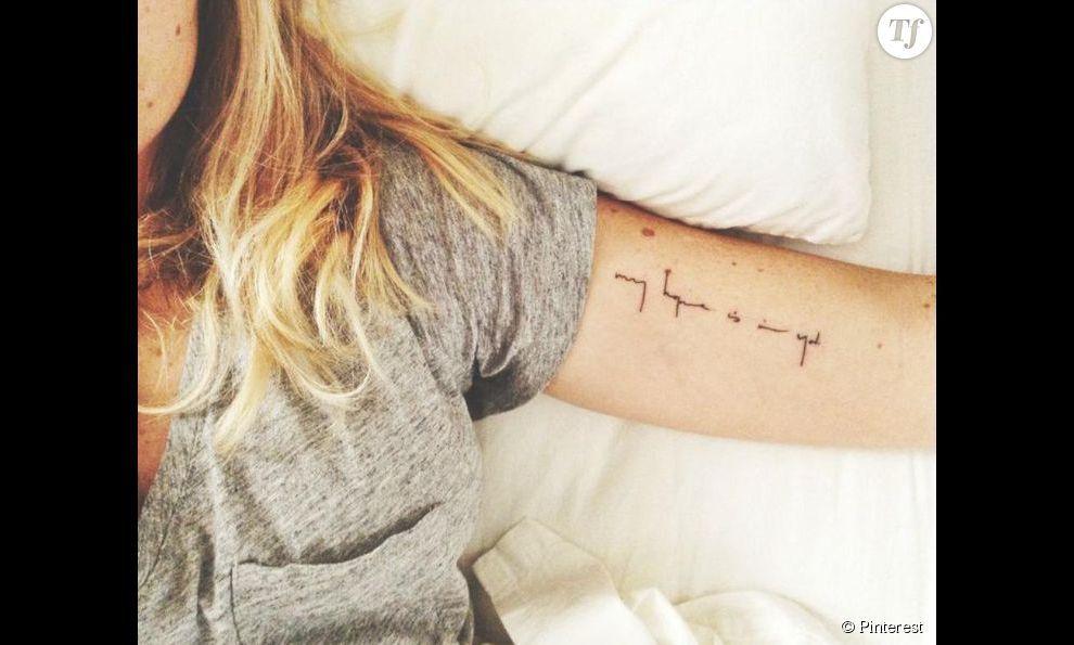 Un tatouage l 39 int rieur du bras une citation tatoo pinterest tatouages citation et - Tatouage biceps femme ...