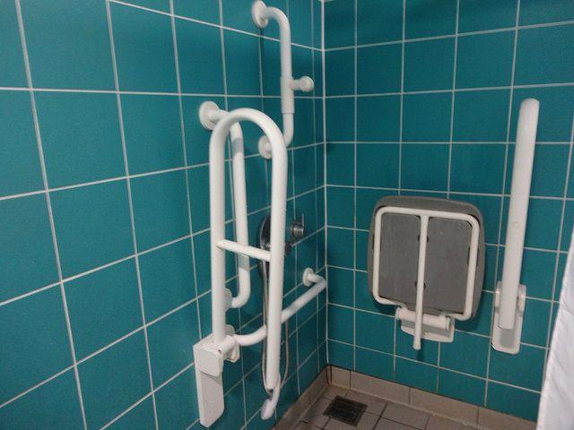 Salle de bains aménagée avec douche à l\u0027italienne et sièges adaptés
