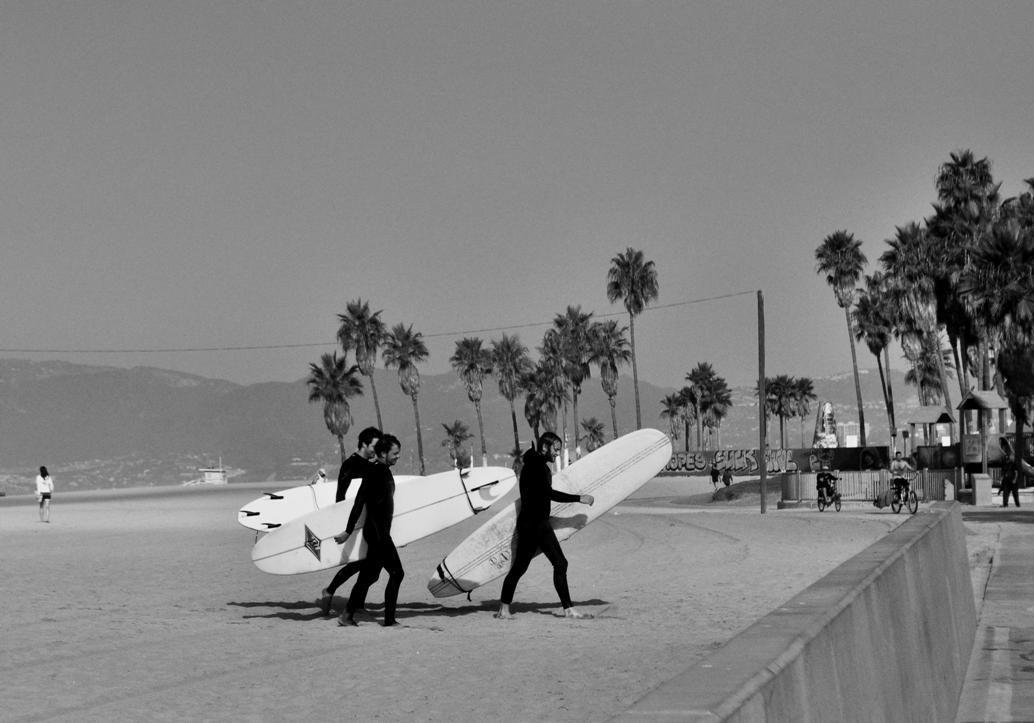 El surf es uno de los deportes mas populares en las playas de California. Miles de surferos de todo el mundo van allí buscando las olas del Pacífico.