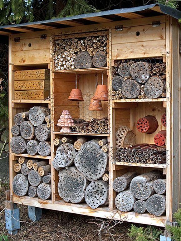 ob gross oder klein spielt keine rolle wichtig ist dass das insektenhotel mit einem dach vor. Black Bedroom Furniture Sets. Home Design Ideas