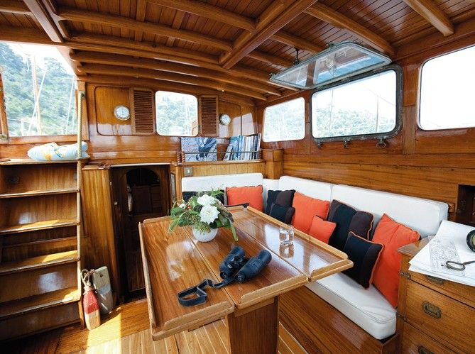 D Co Chic Bord D Un Voilier Beautiful Places Boating And Boat Interior