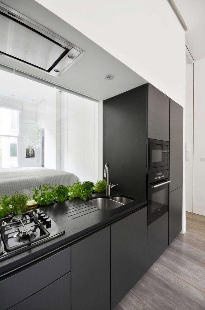 La hotte aspirante est invisible cachée dans le meuble cuisine - faux plafond salle de bain