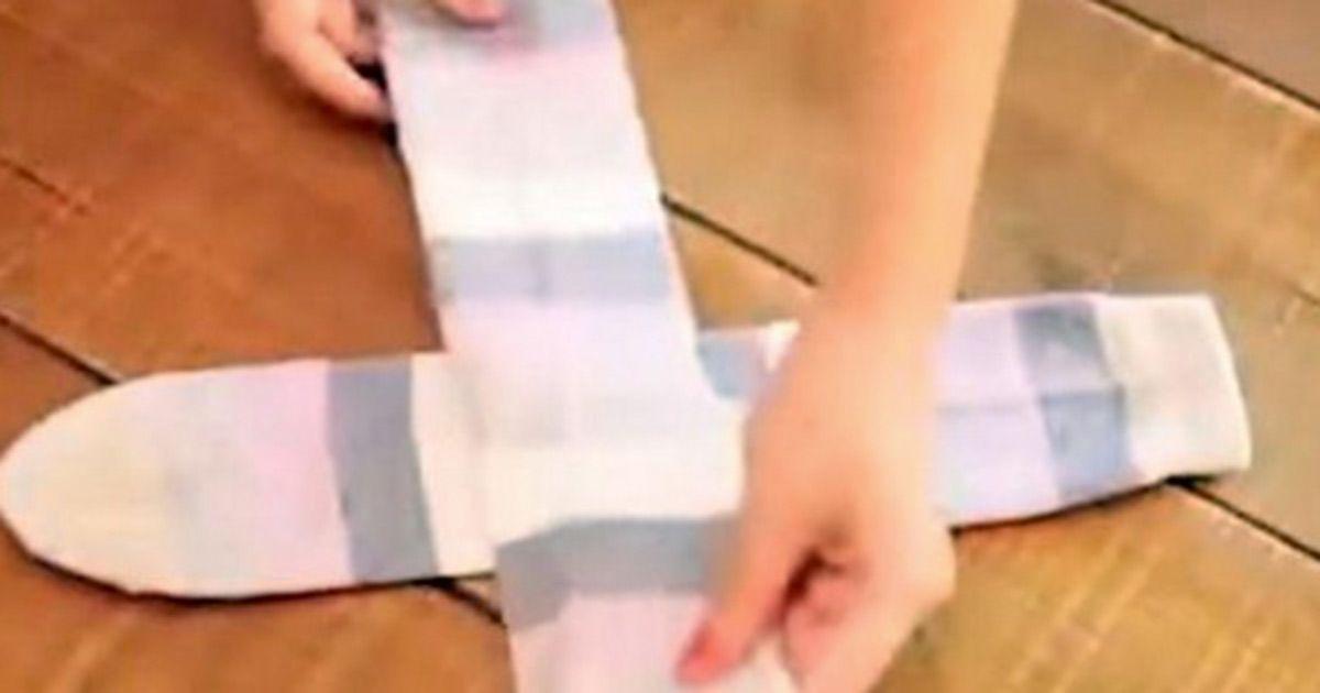 Ella Enseña La Correcta Manera De Como Doblar Las Medias Ojalá Hubiera Sabido Esto Antes Organizar Los Calcetines Embalaje Para Ropa Medias Y Calcetines