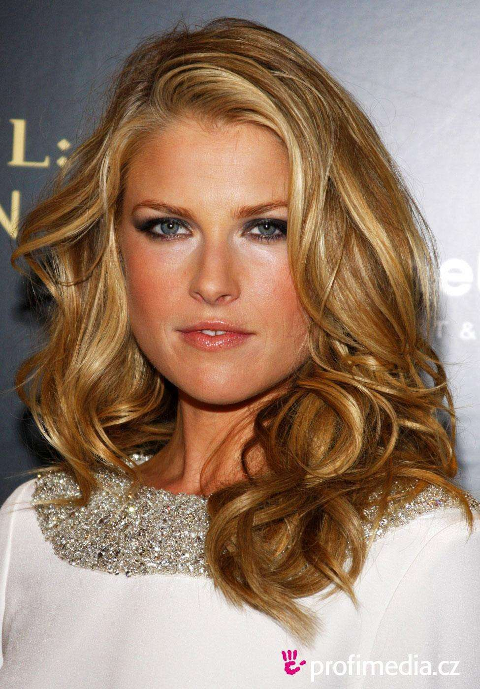Beautiful Celebrity Women Aging The Most Gracefully Classy Hairstyles Hair Styles Beauty