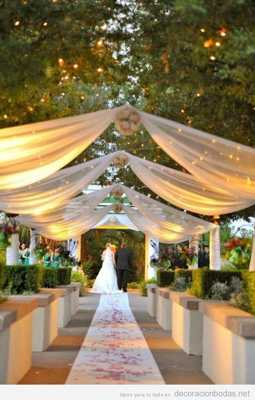 Lienzos de tela colgantes para realizar la boda o xv en un jardin,dan un toque original.