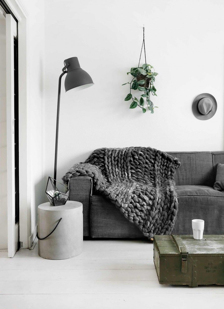 Zwart-wit interieur met legergroene kist | Black and white interior ...