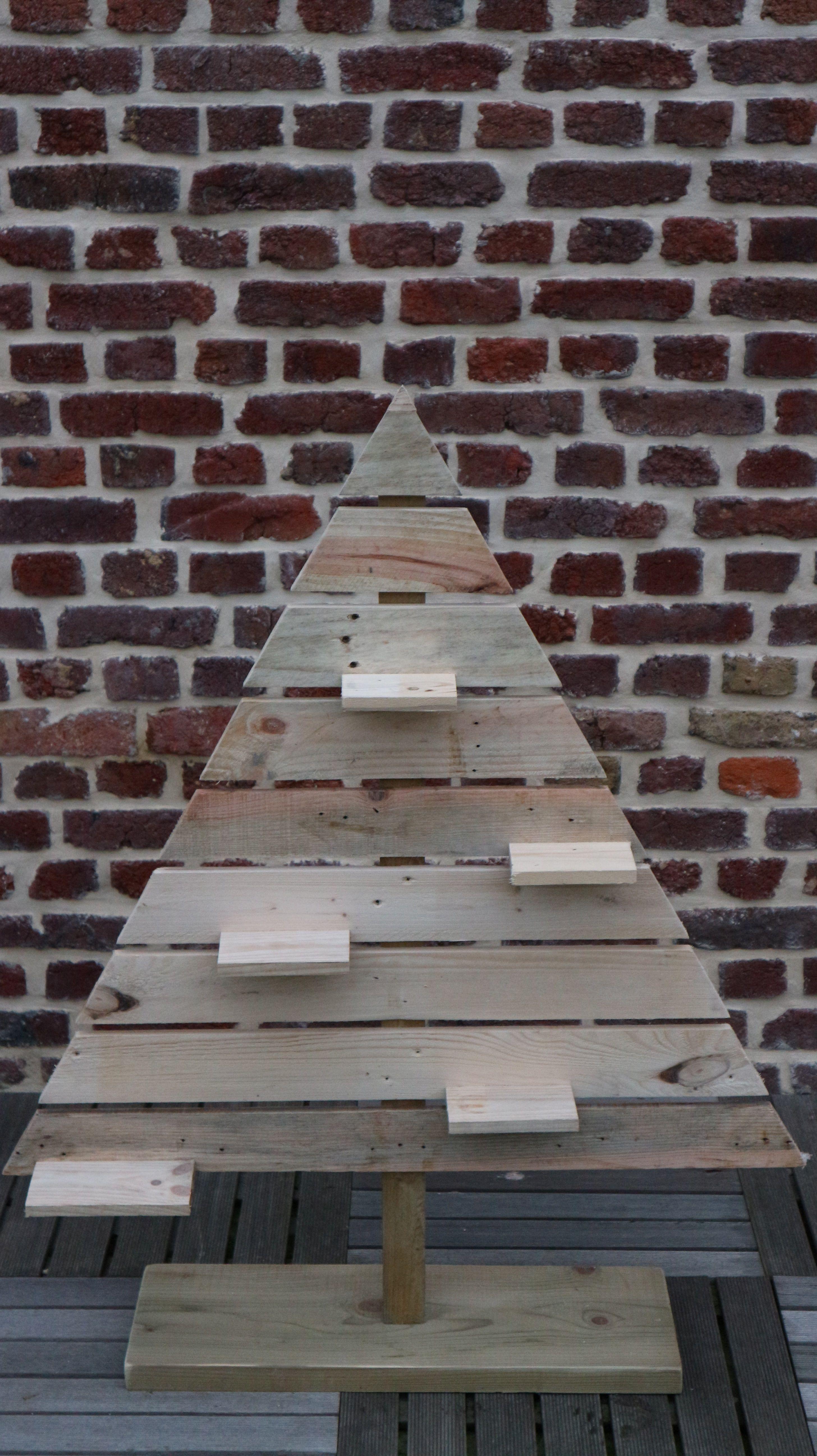sapin noel en bois palette pour un Noël tendance et écologique https://www.alittlemarket.com/accessoires-de-maison/fr_sapin_en_bois_de_palette_-19641468.html