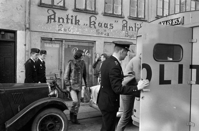 Politiet har stormet en hash bule på Christianshavn og her føres de anholdte hen…
