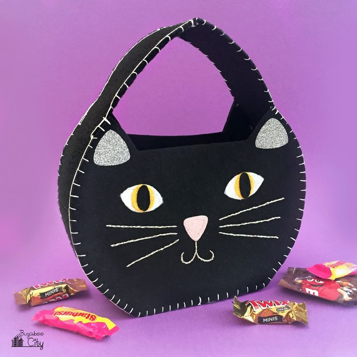 Free Pattern for an adorable DIY Halloween Cat Treat Bag made from felt. This bag only needs a few supplies and is perfect for your little trick-or-treater!