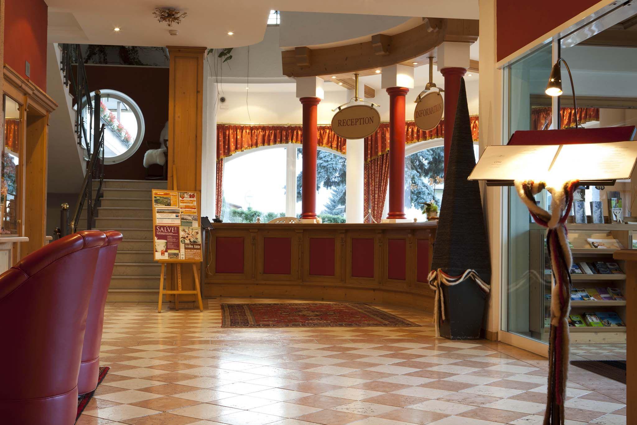Reception unseres Wellnesshotels in den Dolomiten. / Reception of your wellnesshotel in the Dolomites.