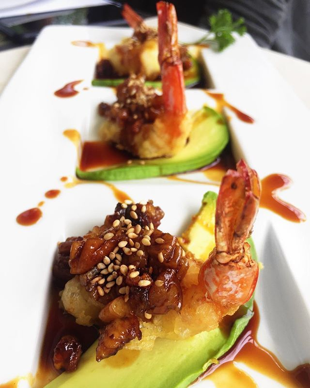 Camarones locos🍤😛: camarones capeados con trocitos de anguila y nuez, montado sobre cama de aguacate y bañados con salsa de anguila, en @jinsanrestaurante #camarones #shrimp #delicious #foodies #food #sogood #amazing #avocado #love #gourmet #foodporn #asianfood #asian  Yummery - best recipes. Follow Us! #foodporn