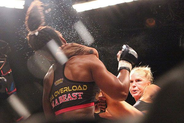 Holly Holm Gives Allanna Jones A Kick To The Neck Holly Holm Girl Fights Martial Arts