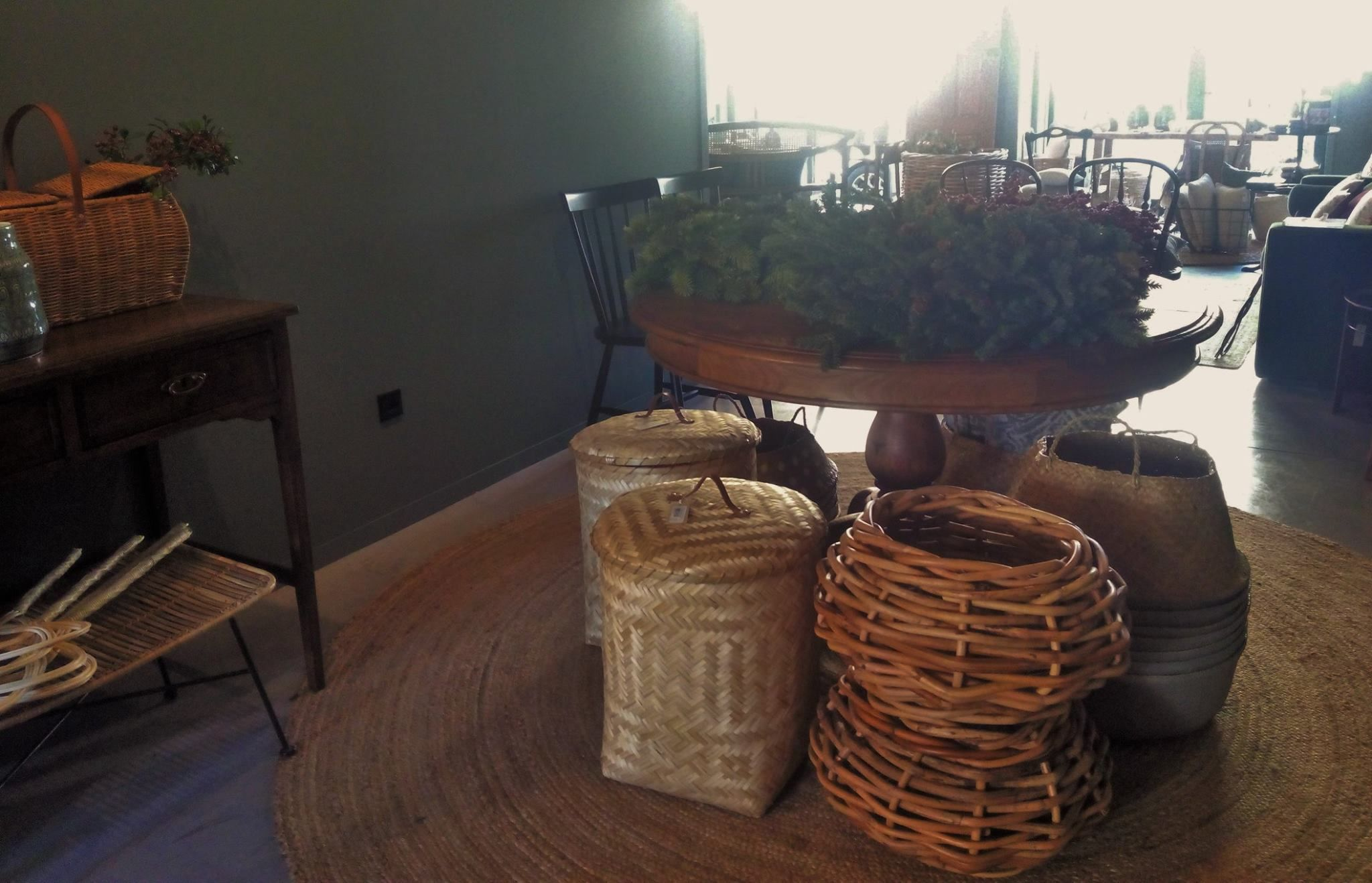 #mercadoloftstore #mls #umseisum #mesa #table #madeira #wood #pedegalo #tradicional #cesto #cestos #picnic #coroa #batedordetapetes #tapete #decorpieces