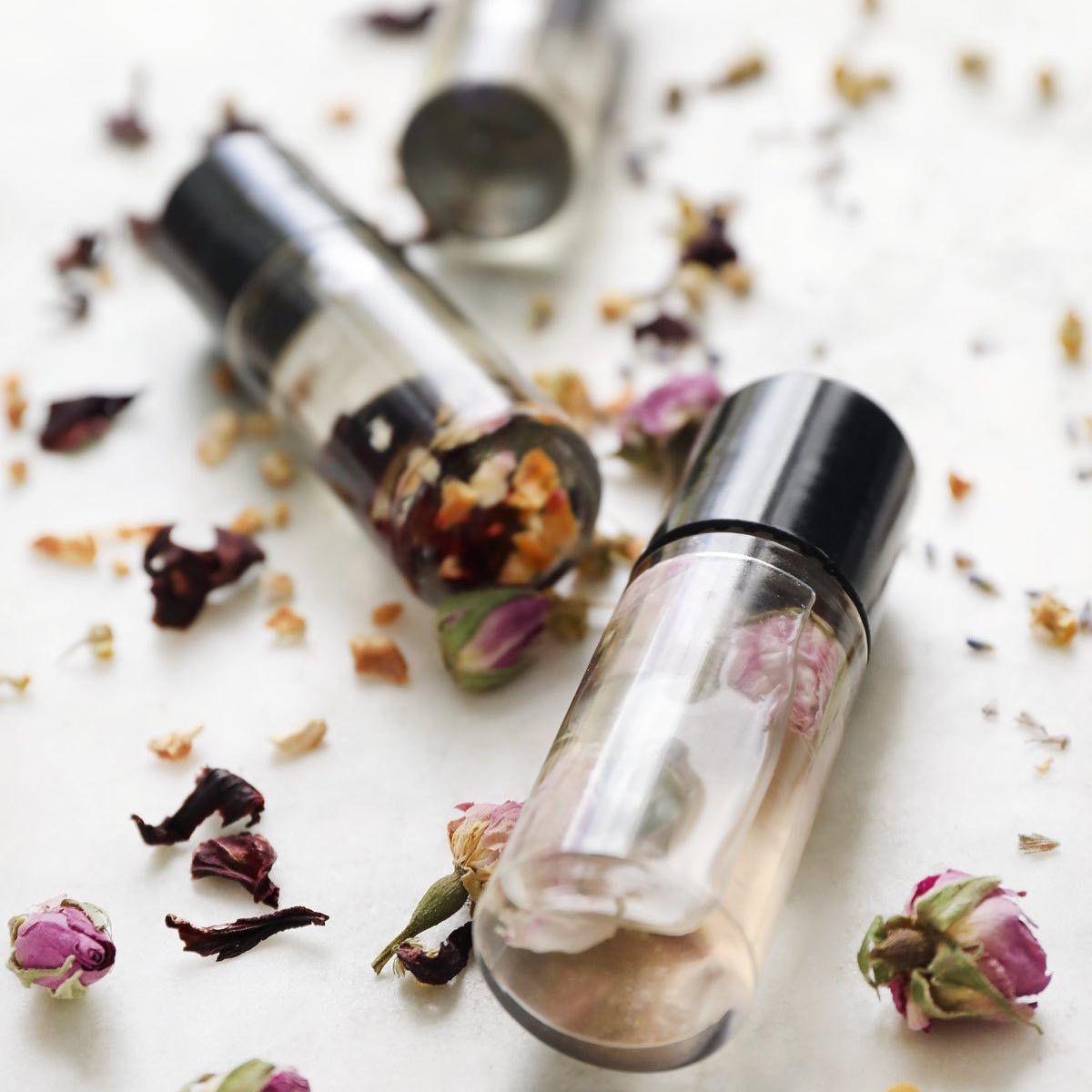 خلطات عطرية مناسبه لذوقكك وبامكانك استخدامها فى شنطتك زيت الخزامي والعرعر والنعناع احد اهم زيوت العطرية ال Book Perfume Fragrances Perfume Women Perfume