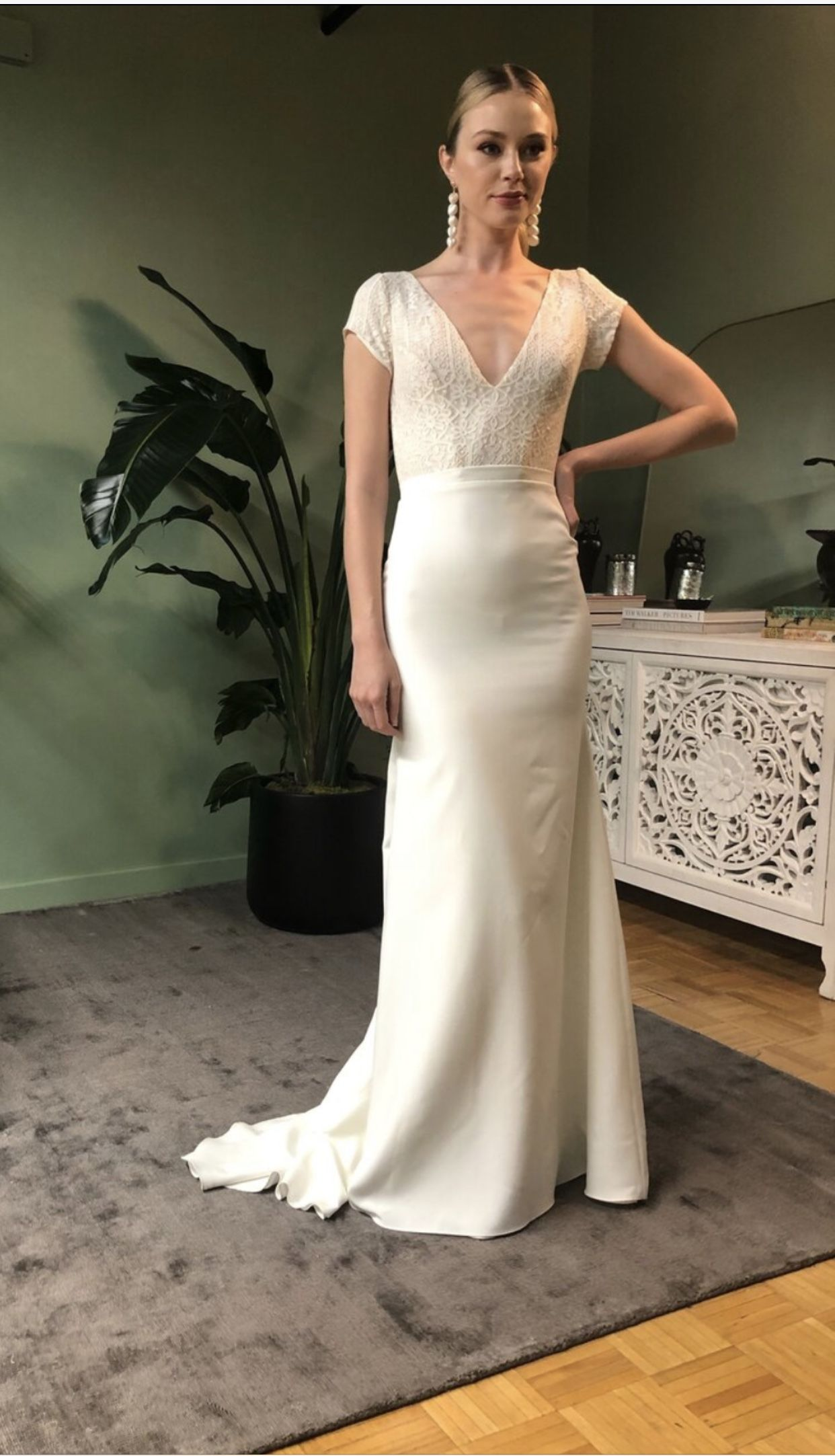 Pin By Elizabeth Findlay Bridal On Bridal Sample Consignment Dresses In 2020 Silk Wedding Dress Wedding Dress Styles Consignment Wedding Dresses