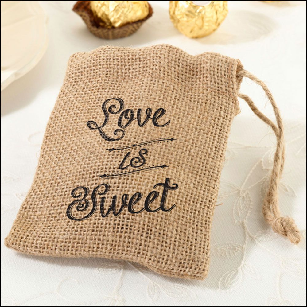 Fill these burlap bags with sweets for your wedding favours.
