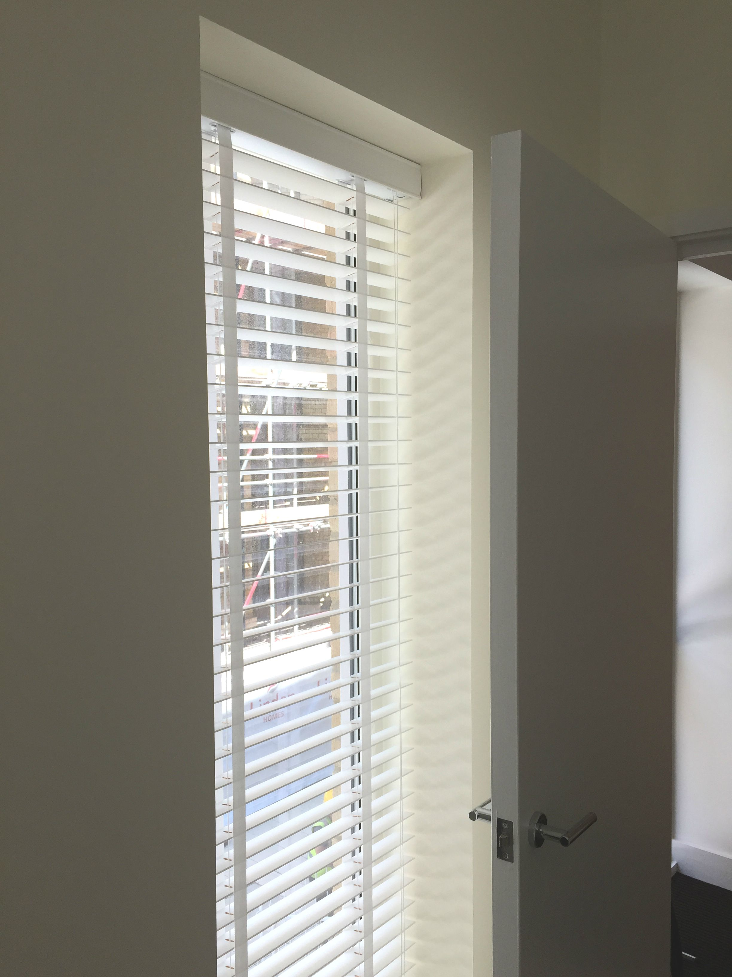 Wood venetian blind with matching tapes | Pure white blind