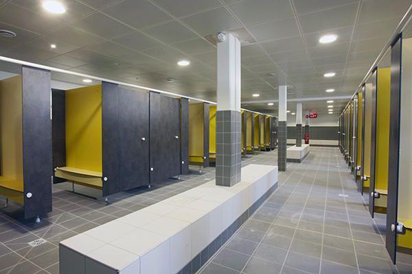 Agrandir l 39 image les vestiaires sont modulables et disposent pour chaque cat gorie de public - Sportifs dans les douches ...
