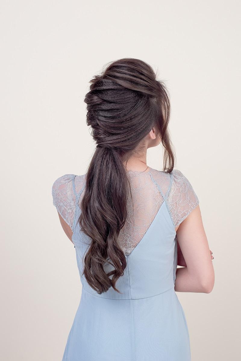 30 Stilvolle Ideen Fur Eine Brautfrisur Mit Zopf Hochzeitskiste In 2020 Brautfrisur Ruckenfreies Kleid Zopffrisuren