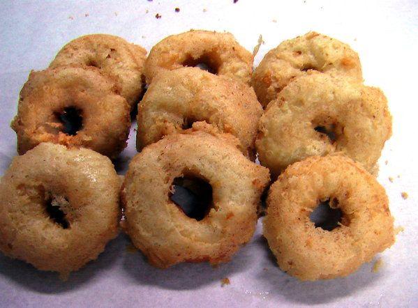 上圖是剛炸好還沒沾糖的脆皮甜甜圈(沾糖後更好吃喔!)脆皮甜甜圈是麵包甜甜圈,再加上一層鬆脆的皮,真的很香很好吃,會讓人上癮呢!不過熱量也挺可怕就是了。這種鬆脆的外皮和鹽酥菇的外皮一樣,以油和水調麵糊,