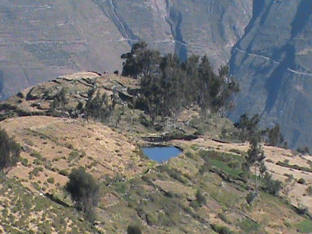 Laguna a lo lejos ¡Qué belleza! y seguía caminando rumbo a la cima de Marcahuasi