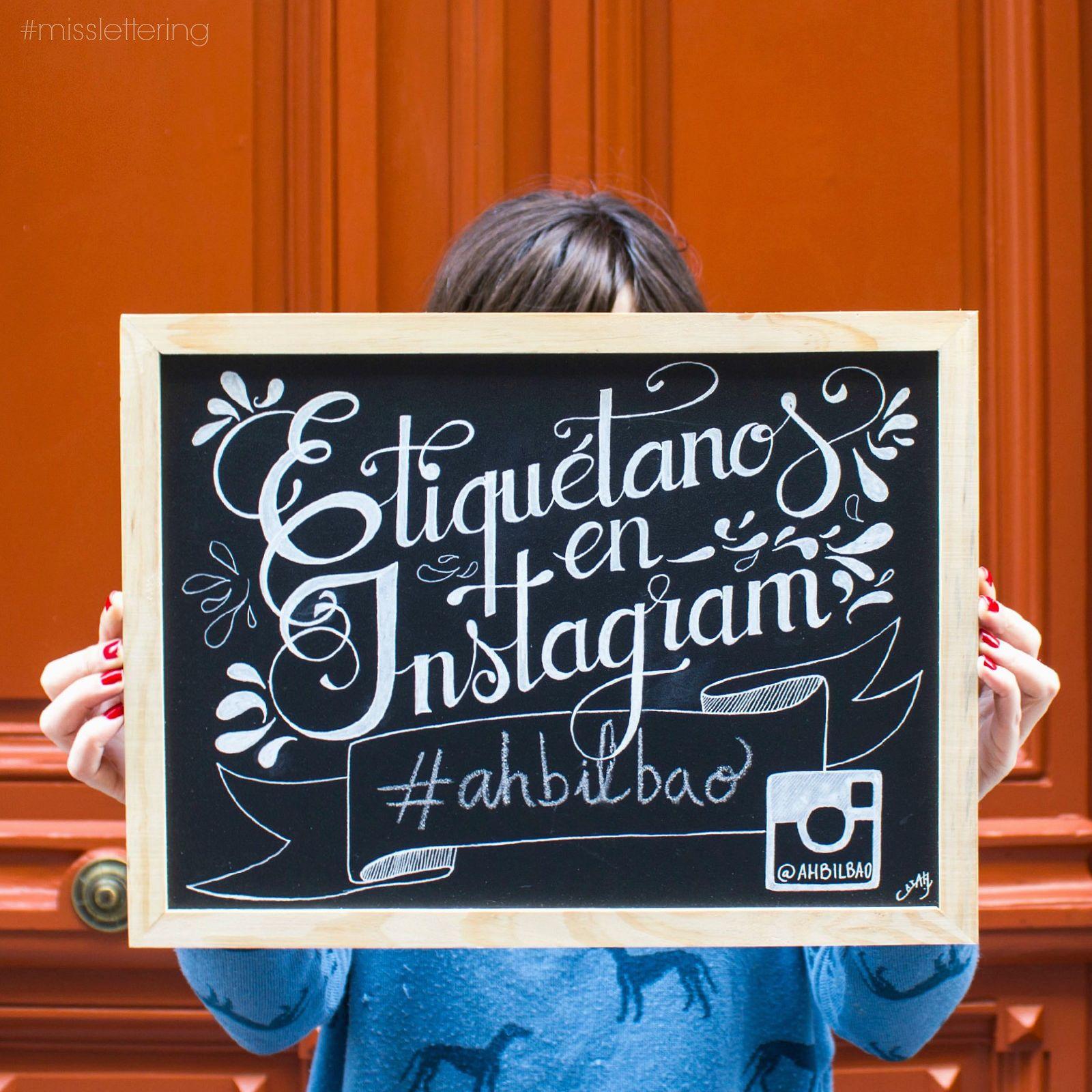 | Etiquétanos en Instagram | Diseño de lettering sobre pizarra personalizable.