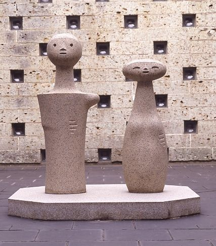 イサム・ノグチ《こけし》1951年 御影石 *鎌倉館の中庭に常設