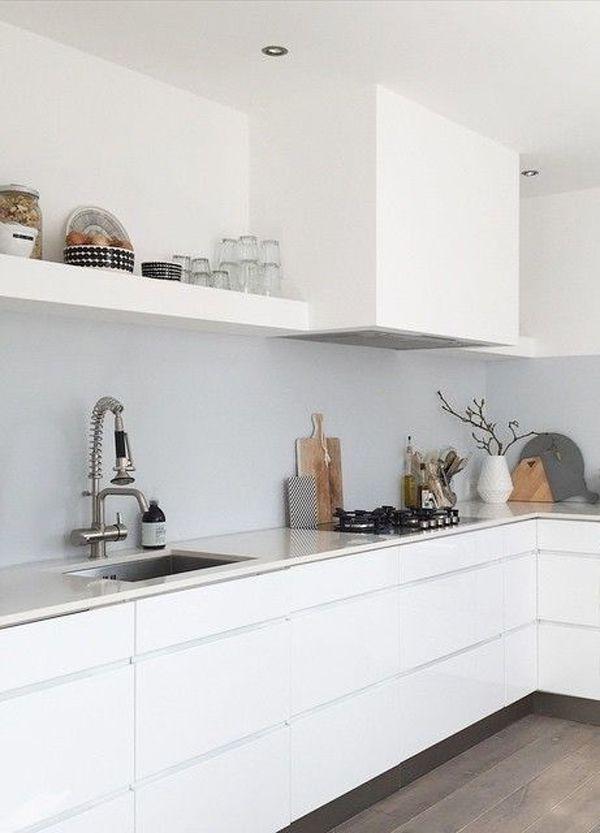 Een mooi strakke witte design keuken met heel veel leuke accessoires clean white design - Hoe een keuken te verlichten ...