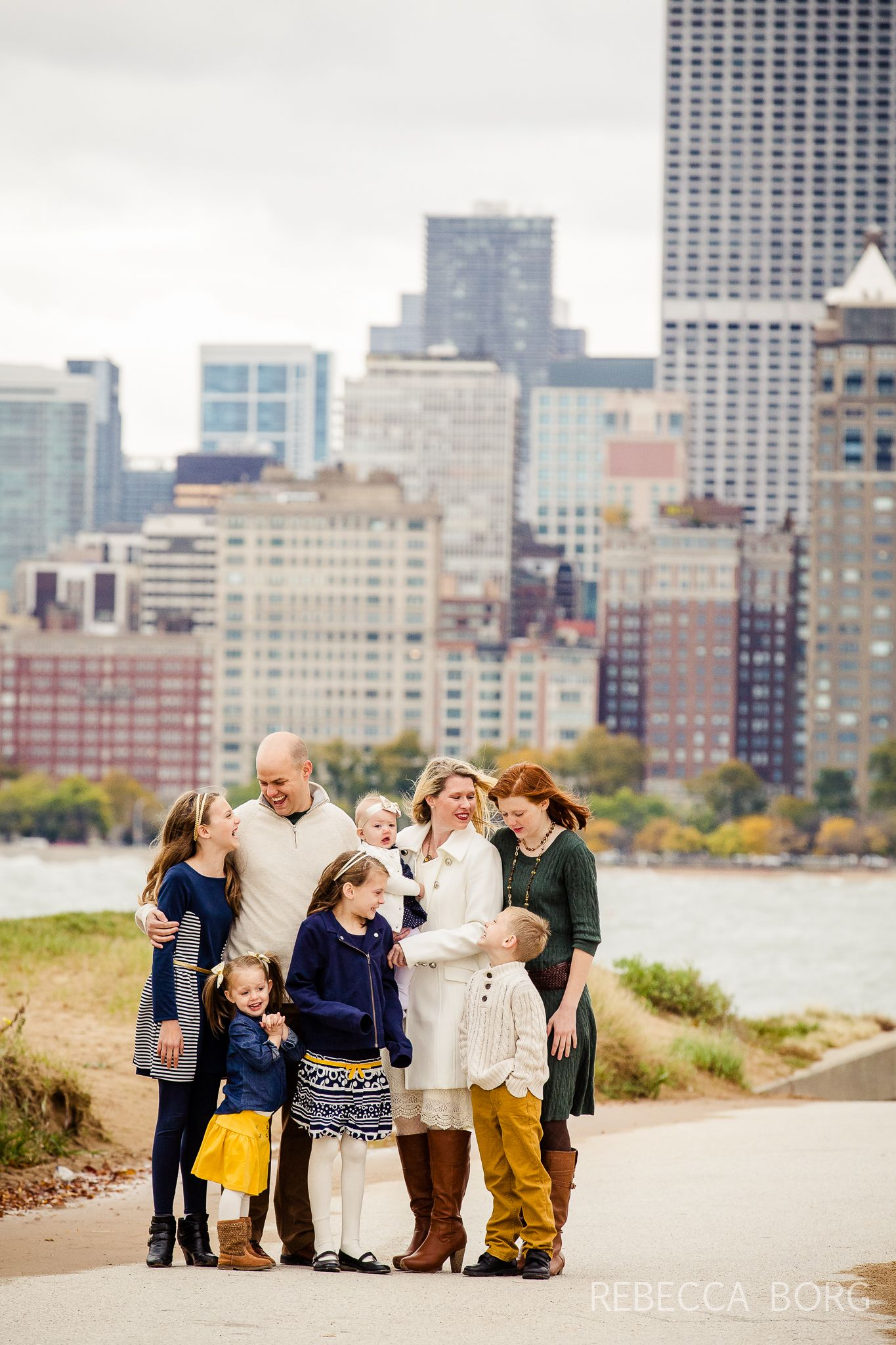 Family Pictures In Chicago Downtown By The Lake Front Chicago Family Photographer Pictures At The B Family Photoshoot Poses Family Photo Pose Family Photoshoot