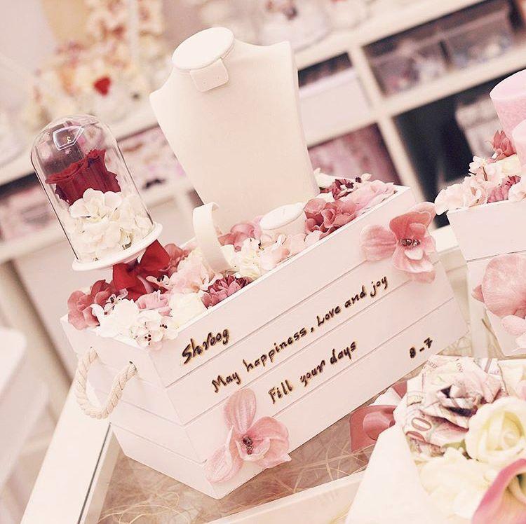 بوكس تقديم الشبكة او هدية مع وردة دائمة السعر ٤٥٠ للإستفسار على الواتس 0556515388 شبكة زواج ملكة دبلة Place Card Holders Gifts Place Cards