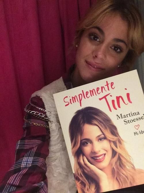 """Tini y su libro """"Simplemente Tini""""✌️"""