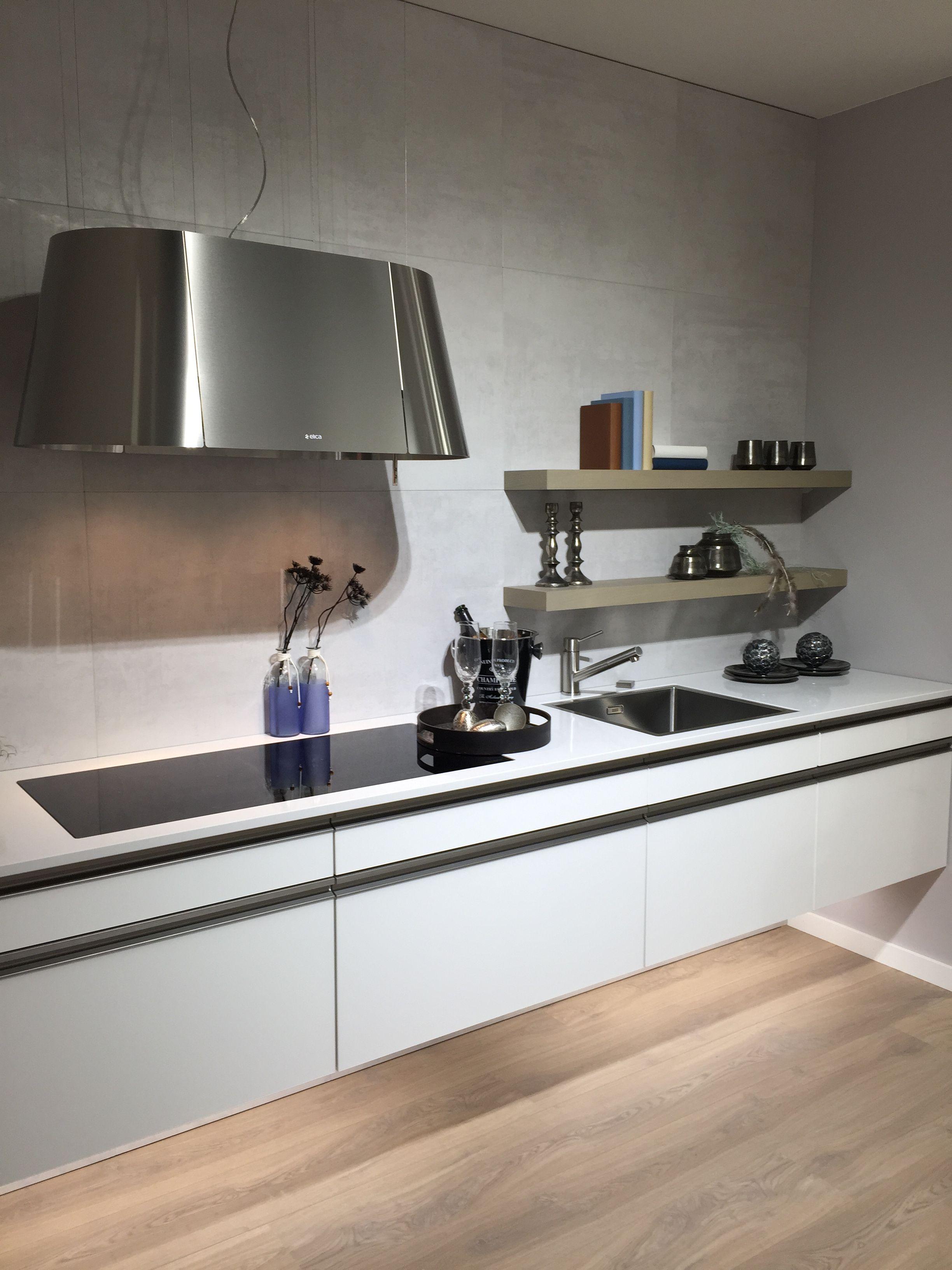 Minimal design greeploze keuken met brede inductie kookplaat en ...
