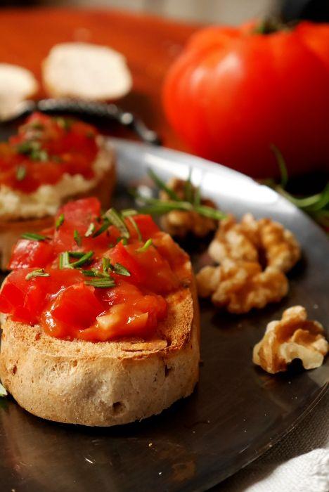 Selbst gebackenes Walnussbrot mit lieblichen Tomatenkompott. Wer unglaublich herzhaften Wohlfühlduft zu Hause verbreiten will, dem empfehlen wir Brot selbst zu backen, ist super einfach und viel gesünder.   Dieses Rezept gibt's bei easytasting