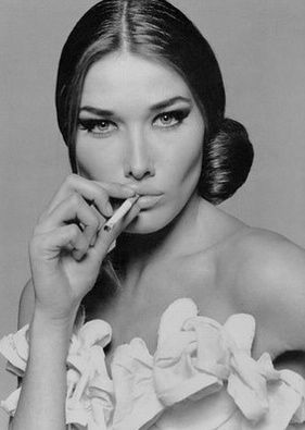Hora do cigarrinho... #CarlaBruni