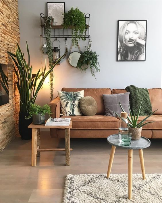 Planten aan de muur, op de grond en afgebeeld op een kussen. Houten wand en lederen bank in je woonkamer. Wij houden ervan! Bron: Indoorplatsdecor #huiskamer ideeën #huiskamer inspiratie #woonkamer ideeën #wooninspiratie #planten #woonkamerinspiratie