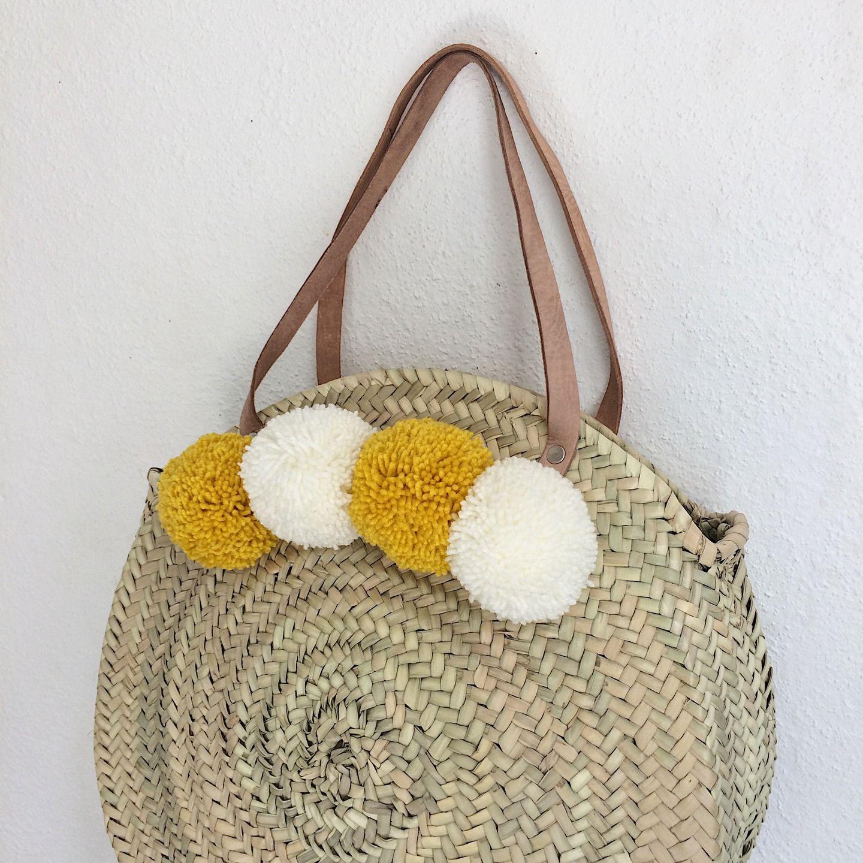 grand panier marocain rond avec anses en cuir et pompons autres sacs par pomponsandco. Black Bedroom Furniture Sets. Home Design Ideas