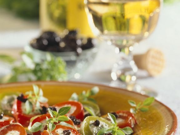 Paprika mit Fetafüllung und Olivendressing ist ein Rezept mit frischen Zutaten aus der Kategorie Fruchtgemüse. Probieren Sie dieses und weitere Rezepte von EAT SMARTER!