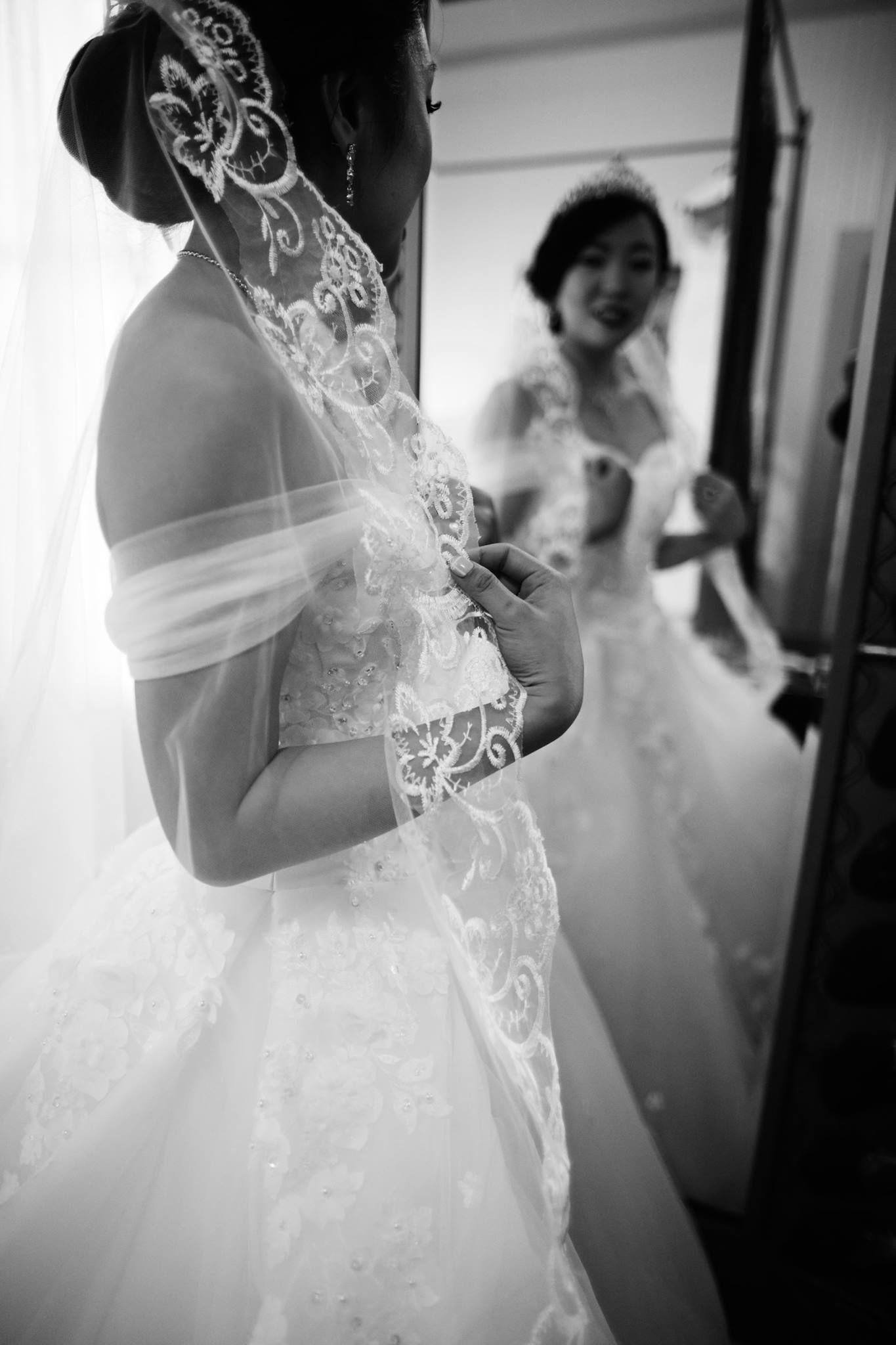 Lace wedding gown and bridal veil anna kim photography wedding